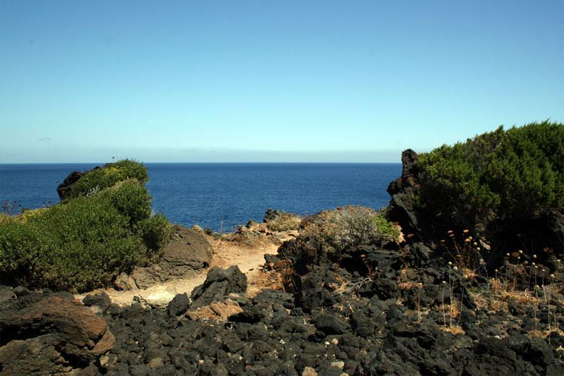 il mare e le rocce di Pantelleria